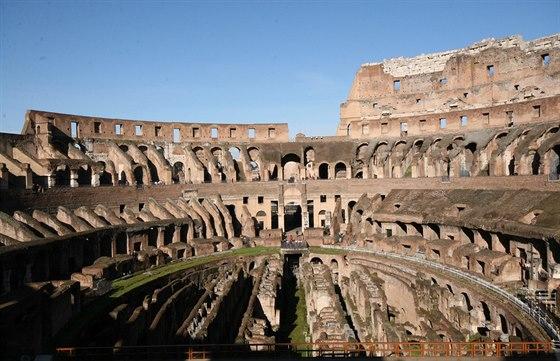 Stavba byla na svou dobu velmi luxusn�. M�la zatahovac� st�echu, kter� chr�nila...