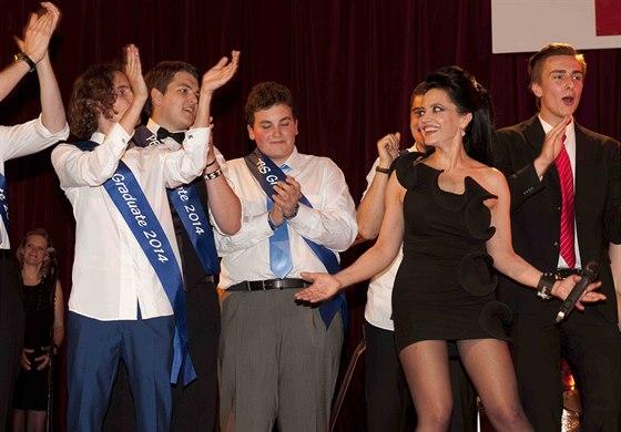 Filip Kratochvíl si maturitní ples náležitě užil. I s maminkou Lucií Bílou.