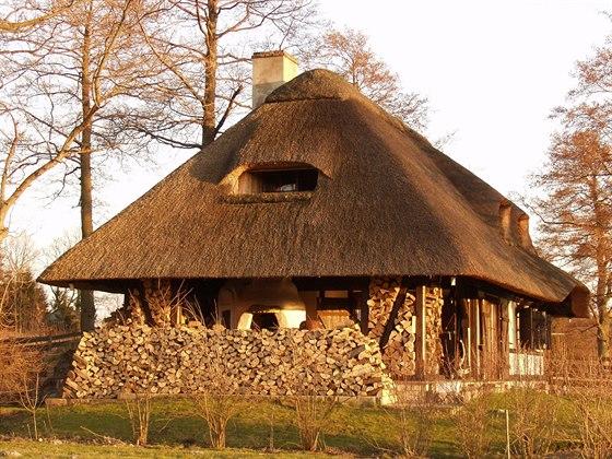 Hrázděná konstrukce vychází z tradic lidového stavitelství.