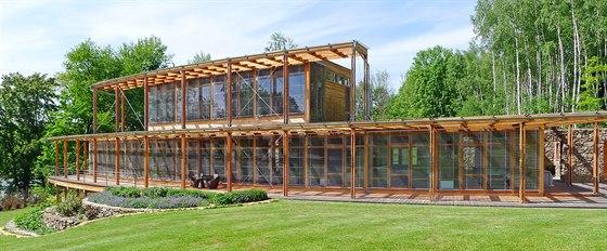 Architekt Martin Rajniš se svým týmem použil systém takzvaného 'baloon framing' - dřevěných prostorových rámů či kazet z lepeného lamelového dřeva, kombinaci lepených nosníků a fošnové konstrukce.