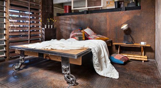 V ložnici rodičů je ocelová podlaha s protiskluzovými slzičkami. Vše je...