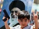 Irácký šíitský chlapec s portrétem nejvyššího íránského vůdce ajatolláha Chamaneího (20. června 2014)