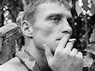 Rüdiger Richter kouří cigaretu v džungli jižního Vietnamu. Snímek pochází z...