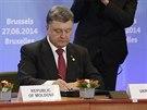 Ukrajinský prezident Petro Porošenko podepisuje v Bruselu asociační smlouvu s...