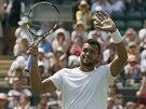 Jo-Wilfried Tsonga zdraví diváky po postupu do druhého kola Wimbledonu.