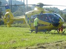 Vrtuln�k, kter� p�evezl zran�n�ho motork��e do fakultn� nemocnice. (27.6.2014)