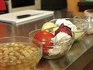 Vaří se z cizrny, nechybí rajče, česnek ani cibule.