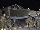Ruští vojáci vykládají ruský letoun Su-25 na irácké vojenské základně Muthanna...