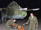 Ruští vojáci manévrují s letounem SU-25 na irácké vojenské základně Muthanna na...