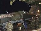 Ru�t� voj�ci vykl�daj� letoun Su-25 na Bagd�dsk�m leti�ti (28. �ervna 2014).