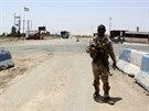 Člen kurdských bezpečnostních sil stojí stáž na kontrolním stanovišti Tuz...