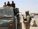 Člen kurdských bezpečnostních sil drží stráž na kontrolním stanovišti Tuz...