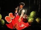 Afghánský pouliční prodejce vodních melounů čistí své pracoviště a čeká na...