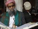 Muž čte Korán ve Velké mešitě v hlavním městě Jemenu Saná (28. června 2014).