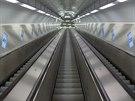 63 metrů dlouhé eskalátory vedoucí do prostoru nástupiště metra Národní třída...