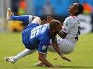Srážka. Ital De Rossi v bolestivém střetu s Diazem z Kostariky