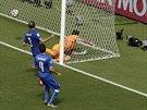 Kostaričan Bryan Ruíz právě vstřelil hlavou gól Itálii