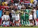 Už je to dokonáno. Fotbalisté Kostariky oslavují senzační postup do osmifinále...