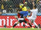 Antonio Valencia (ve žlutém) ve velké šanci mířil kousek vedle tyče.
