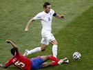 Anglický reprezentant Frank Lampard se probíjí kostarickou obranou