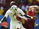 Portugalec Moutinho se v akrobatické pozici snaží sebrat míč ghanskému...