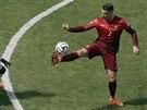 Ronaldo si zpracovává míč. Zachycený moment působí tak trochu úsměvně