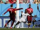 Ronaldo střílí druhý gól Portugalců v utkání s Ghanou