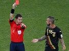 Australský rozhodčí Benjamin Williams právě ukazuje červenou kartu Belgičanovi...