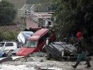 Silný proud strhával auta, která pak zablokovala přístup záchranářům (20....