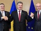Jose Manuel Barroso (vlevo) a Herman Van Rompuy (vpravo) si podávají ruce s...