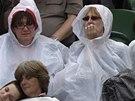 Diváci ve Wimbledonu museli vytáhnout pláštěnky.