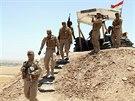 Příslušníci kurdských milic zaujímají pozice k obraně Mosulu před povstalci z...