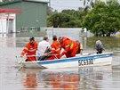 Australští záchranáři odvážejí obyvatele zplaveného města Chinchilla do bezpečí...