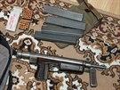 Policisté našli při domovních prohlídkách i tři zbraně, například tento...