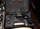 Gang vlastnil i několik zbraní, třeba tento revolver.