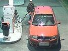 Zat�m nezn�m� zlod�j benzinu p�i tankov�n� na pump� v Ostrav�-Hrabov�. (23....