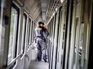 Pardubičtí celníci kontrolují zavazadla cestujícím v rychlíku Slovenská strela