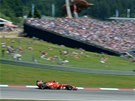 PŘED TRIBUNOU. Kimi Räikkönen s vozem Ferrari při Velké ceně Rakouska formule 1.