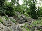 Při procházce alpínem je třeba ctít často velice nenápadné chodníky a schodiště...