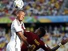 BRATRSKÝ SOUBOJ Jerome Boateng (vlevo) a Kevin-Prince Boateng bojují na...