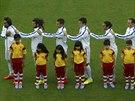 Američtí fotbalisté před zápasem proti Německu zpívají hymnu.