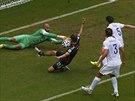 Americký brankář Tim Howard zasahuje před německým útočníkem Thomasem Müllerem.