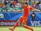 Nizozemský útočník Robin van Persie se snaží zakončit akci v osmifinále proti...