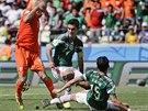 Mexický obránce Hector Moreno (vpravo) trefuje do nohy nizozemského útočníka...