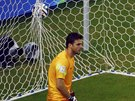 Řecký gólman Orestis Karnezis se jen ohlédl, jak míč po střele kostarického...