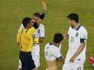 VYLOUČENÍ. Řecký kapitán Kostas Katsuranis (číslo 21) dostává červenou kartu.