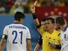 KONEC VE 38. MINUTĚ. Řecký kapitán Kostas Katsuranis dostává červenou kartu.