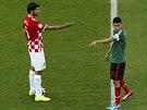 TO ON! Vedran Čorluka (vlevo) a Oribe Peralta ukazují jeden na druhého.