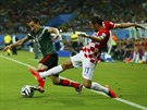 OBRANNÝ ZÁKROK. Chorvat Darijo Srna (vpravo) se natahuje po míči, se kterým...