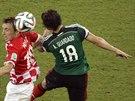 HLAVA, MÍČ HLAVA. Souboj Luka Modrič (vlevo) vs. Anders Guardado.